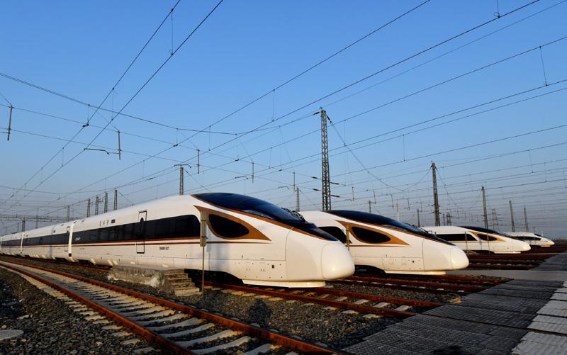 """这是12月27日拍摄的停靠在天津动车客车段动车运用所的""""复兴号""""列车。"""