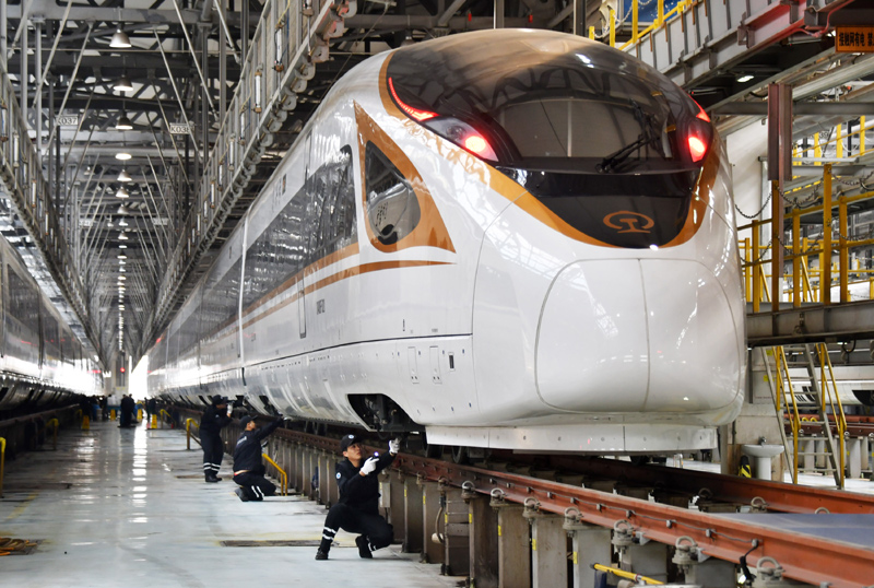 """12月27日,天津动车客车段动车运用所工作人员对""""复兴号""""动车组进行巡检,为铁路调图做好安全保障。"""