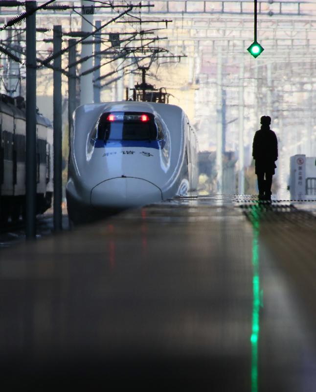 12月27日,一列动车组驶出山东烟台火车站。